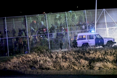 Mas de 450 subsaharianos saltan la valla de Melilla al amanecer por la zona de barrio chino Mas de 450 subsaharianos saltan la valla de Melilla al amanecer por la zona de barrio chino