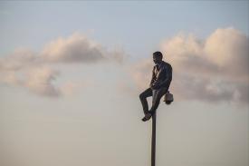 Tras el salto en el que entraron mas de 450 personas, Ibrahim, camerunes de 27 años queda encaramado en una farola. Fue devuelto en caliente minutos mas tarde.