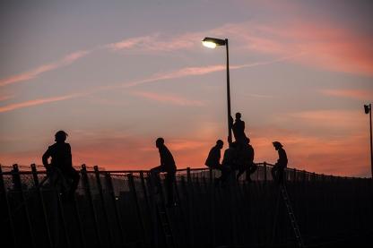 Este salto duro mas de 15 horas. Al caer la noche, las luces de la valla se apagaron. Cuando volvieron a aencenderlas no quedaba ninguna persona encima de la valla. Las habian devuelto a Marruecos.