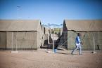 Los militares donan tiendas militares para albergar a los recien llegados ya que el centro supera por 3 su capacidad.